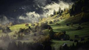 Landschaft mit Nebel, Wald und Wolken