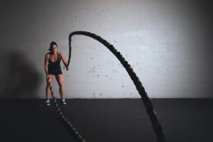 Funktionales Training mit einem Schwungseil (Battle Rope)