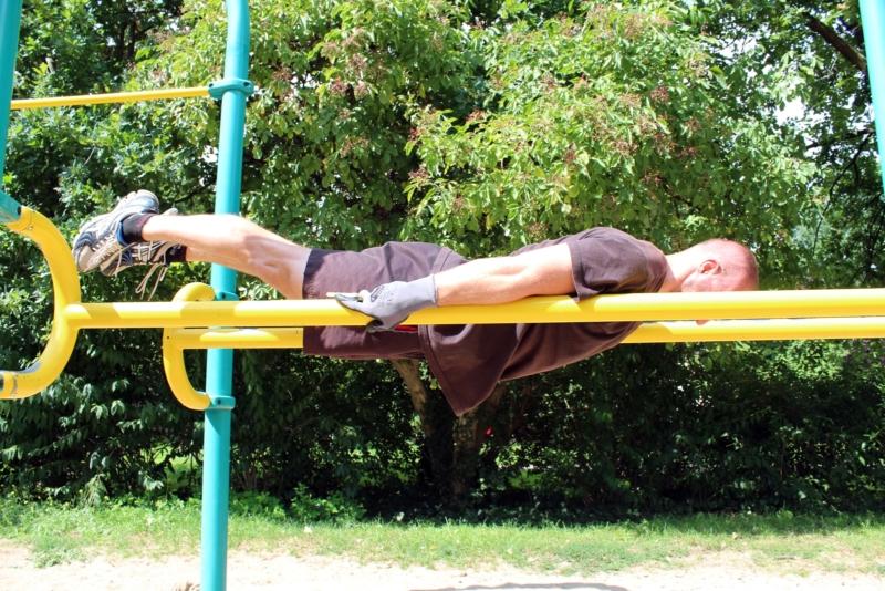 Planche an einem Barren in Dessau